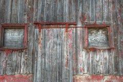 Fermez-vous des portes et des fenêtres sur un vieux Ba rouge Photographie stock libre de droits