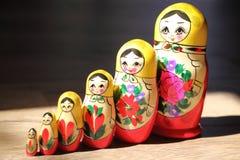 Fermez-vous des poupées russes Photographie stock