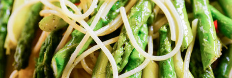Fermez-vous des pâtes avec l'asperge Images stock