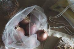 Fermez-vous des récipients écologiques et de la nourriture biologique photographie stock