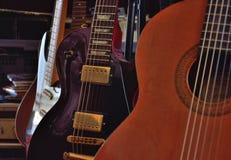 Fermez-vous des rétros guitares photos stock