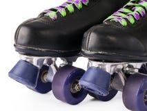 Fermez-vous des rétros patins de rouleau d'isolement photo stock