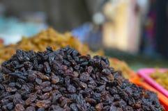 Fermez-vous des raisins secs noirs à vendre sur le marché local, maharashtra de Pune image libre de droits