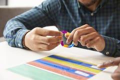 Fermez-vous des recouvrements colorés par With Dyslexia Using d'étudiant photo stock