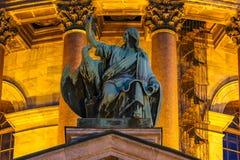 Fermez-vous des sculptures sur le saint Isaac& x27 ; cathédrale de s dans le St Petersbourg, Russie photo stock
