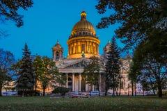 Fermez-vous des sculptures sur le saint Isaac& x27 ; cathédrale de s dans le St Petersbourg, Russie images stock