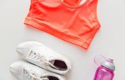 Fermez-vous des sports habillement de femelle et de l'ensemble de bouteille Images stock