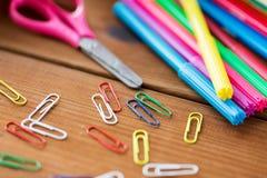 Fermez-vous des stylos, des agrafes et des ciseaux de feutre Photos libres de droits