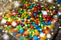 Fermez-vous des sucreries multicolores de dragée dans la boîte Photographie stock libre de droits