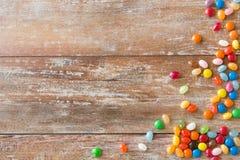 Fermez-vous des sucreries multicolores de dragées à la gelée de sucre photos libres de droits