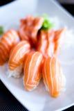 Fermez-vous des sushi de nigiri avec les poissons saumonés sur lui Photos libres de droits