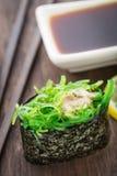 Fermez-vous des sushi gunkan Image stock