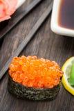 Fermez-vous des sushi gunkan Photo stock