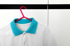 Fermez-vous des T-shirts sur des cintres de tissu Photographie stock