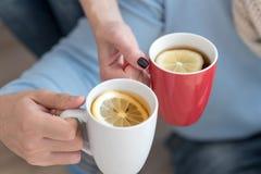 Fermez-vous des tasses avec le thé à l'intérieur de elles Photo libre de droits