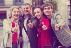 Fermez-vous des touristes posant sur la rue de ville Images stock