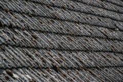 Fermez-vous des tuiles de toiture âgées sur la vieille maison dans le village Beaucoup de mousse sur le toit carrelé du taudis Sc photos libres de droits