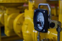 Fermez-vous des tuyaux et de la mesureuse industriels Image stock