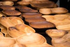 Fermez-vous des ustensiles en bois pour la cuisine, les cuvettes, plats sur le fond foncé Concept des plats naturels, un mode de  images stock