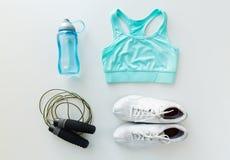 Fermez-vous des vêtements de sport, de la corde à sauter et de la bouteille Image stock