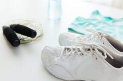 Fermez-vous des vêtements de sport, de la corde à sauter et de la bouteille Photographie stock libre de droits