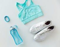 Fermez-vous des vêtements de sport, du bracelet et de la bouteille Photos libres de droits