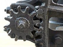 Fermez-vous des vieilles grandes roues peintes noires us?es de dent avec des dents d'engrenage sur l'outillage industriel obsol?t image libre de droits