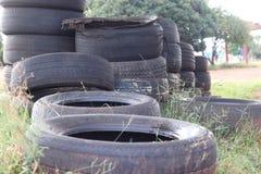 Fermez-vous des vieux pneus image stock
