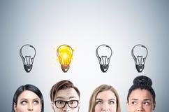 Fermez-vous des visages d'équipe d'affaires, ampoules, grises Image stock
