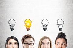 Fermez-vous des visages d'équipe d'affaires, béton, ampoule Image libre de droits