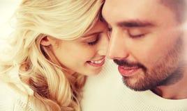 Fermez-vous des visages heureux de couples avec les yeux fermés Image stock