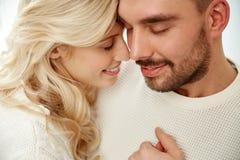 Fermez-vous des visages heureux de couples avec les yeux fermés Photos libres de droits
