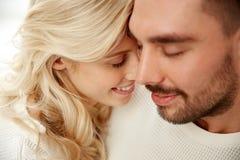 Fermez-vous des visages heureux de couples avec les yeux fermés Photo libre de droits