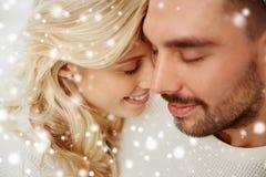 Fermez-vous des visages heureux de couples avec les yeux fermés Image libre de droits