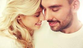 Fermez-vous des visages heureux de couples avec les yeux fermés Photos stock