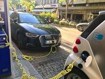 Fermez-vous des voitures électriques chargeant Photos stock
