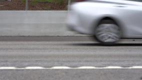 Fermez-vous des voitures passant sur la route banque de vidéos