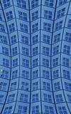 Fermez-vous du bâtiment ayant beaucoup d'étages bleu incurvé Photographie stock libre de droits