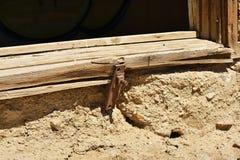Fermez-vous du bâtiment en pierre ruiné dans le désert Images stock