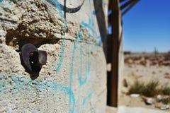 Fermez-vous du bâtiment en pierre ruiné dans le désert Image libre de droits