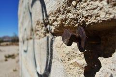 Fermez-vous du bâtiment en pierre ruiné dans le désert Image stock