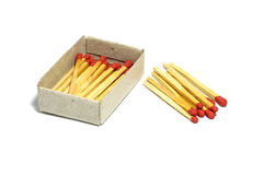 Fermez-vous du bâton rouge de match de groupe avec la boîte d'isolement sur un fond blanc Photographie stock