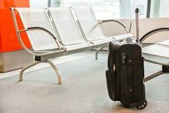 Fermez-vous du bagage (valise, bagages) à l'aéroport Photos stock