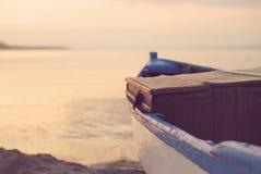 Fermez-vous du bateau bleu en bois sur la plage Regard de filtre de vintage Photos libres de droits