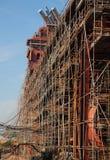 Fermez-vous du bateau en construction avec l'échafaudage Photographie stock