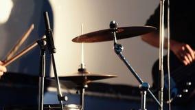 Fermez-vous du batteur Playing Drum et de la musique de jeux de Playing Electrical Guitar de musicien de roche sur le concert clips vidéos