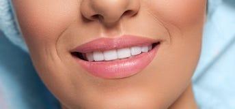 Fermez-vous du beau sourire images libres de droits