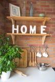 Fermez-vous du bel intérieur moderne confortable de cuisine, vaisselle de cuisine, style à la maison, Image stock
