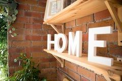 Fermez-vous du bel intérieur moderne confortable de cuisine, vaisselle de cuisine, style à la maison, image libre de droits