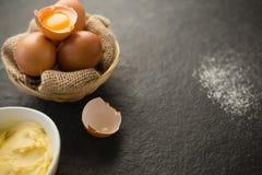 Fermez-vous du beurre et des oeufs dans des cuvettes Images libres de droits
